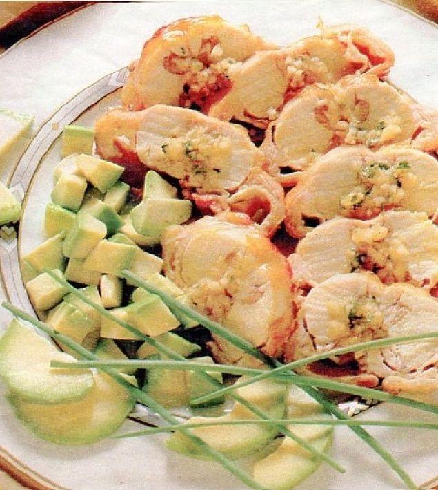Avocado a dadini con arrosto di coniglio per una pietanza saporita e completa