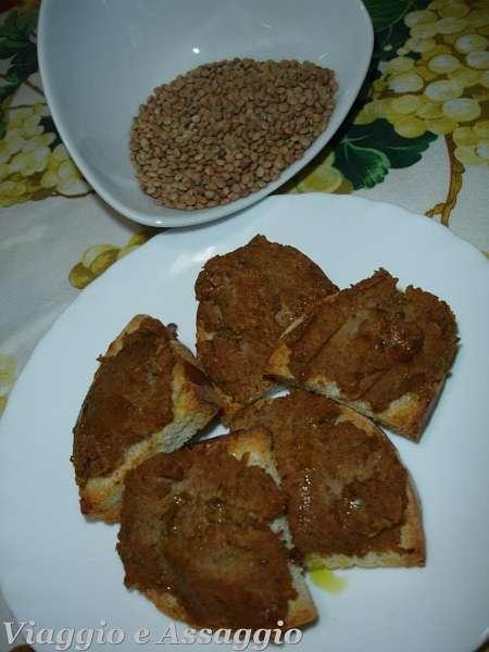 Crostini spalmati di crema di lenticchie