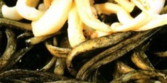 Immagine di pasta al nero di seppia e calamaretti
