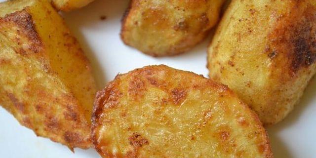 Patate tagliate a pezzi e cotte in forno morbide dentro e con crosticina esterna