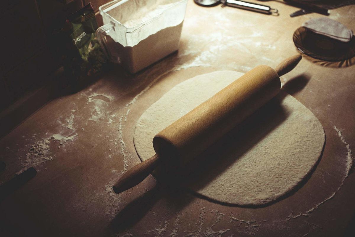Pasta sfoglia tirata a mano con il mattarello