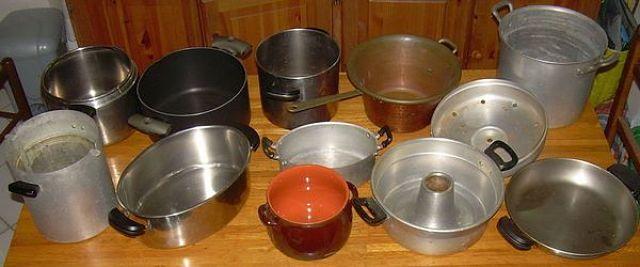 Pentole di vari materiali indicate per diverse cotture degli alimenti