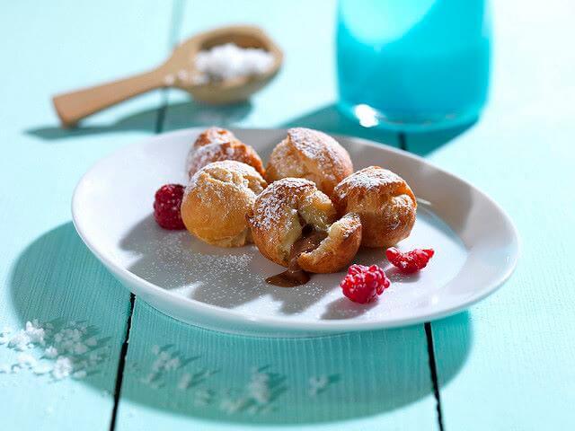 Piccoli krapfen ripieni di crema di nocciole e fritti