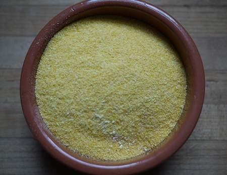 Farina di mais in contenitore di ceramica