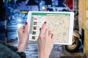 Donna consulta internet per sceglire un ristorante vicino