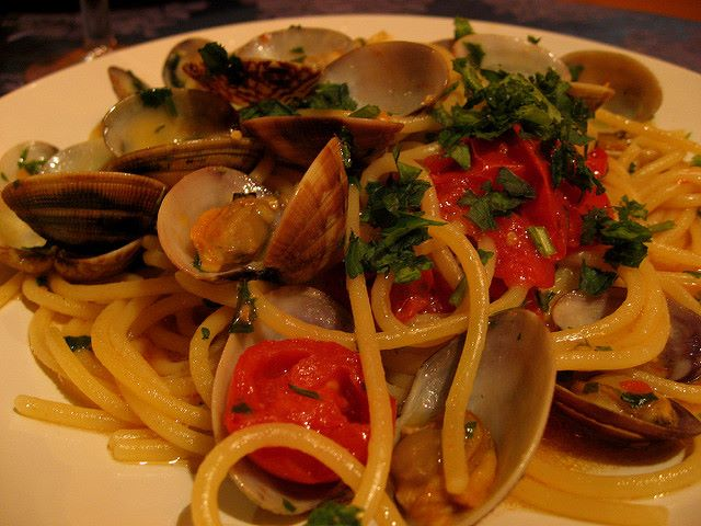 Prelibati spaghetti con vongole, pomodoro, aglio e prezzemolo