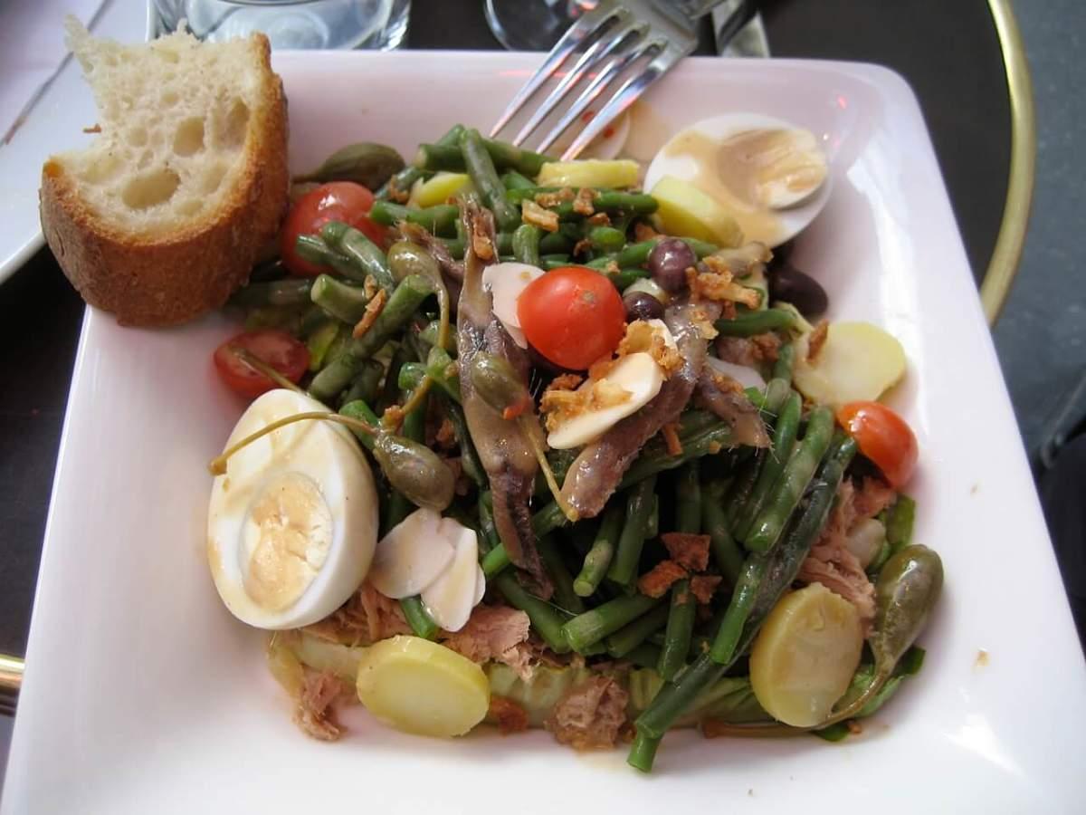 Stuzzicante condiggion ligure con verdure, tonno, uova e acciughe