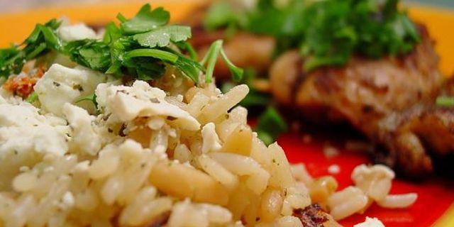 Riso pilaf cotto al forno servito con carne e formaggio