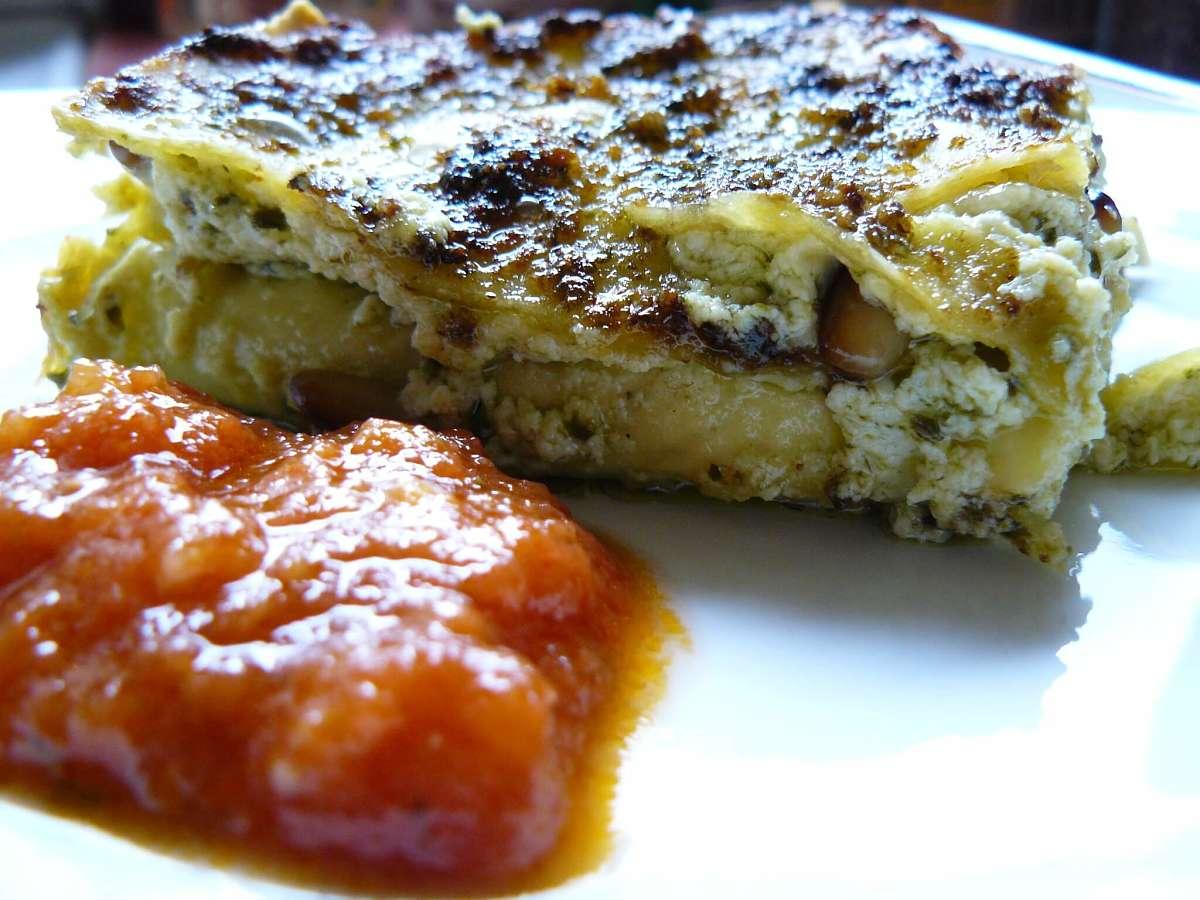 Lasagne al pesto, robiola e ricotta con salsa al pomodoro a parte