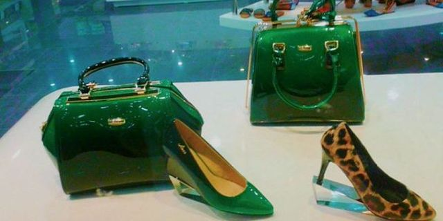 Scarpe e borse di vernice nuove in abbinamento di colore e materiale