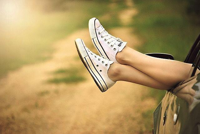 Scarpe da ginnastica pulite calzate ai piedi