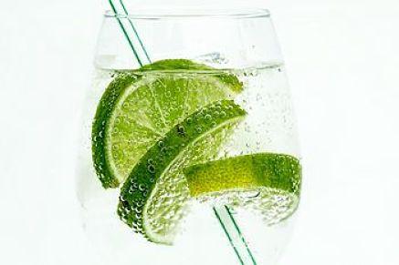 Acqua gasata con buccia di lime per aromatizzarla