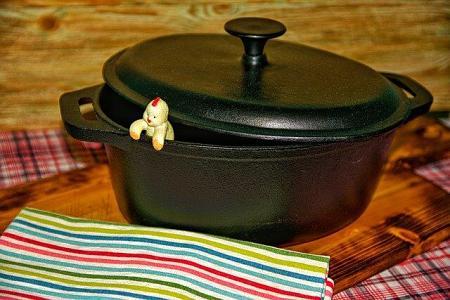 Cottura della carne nella padella di ghisa