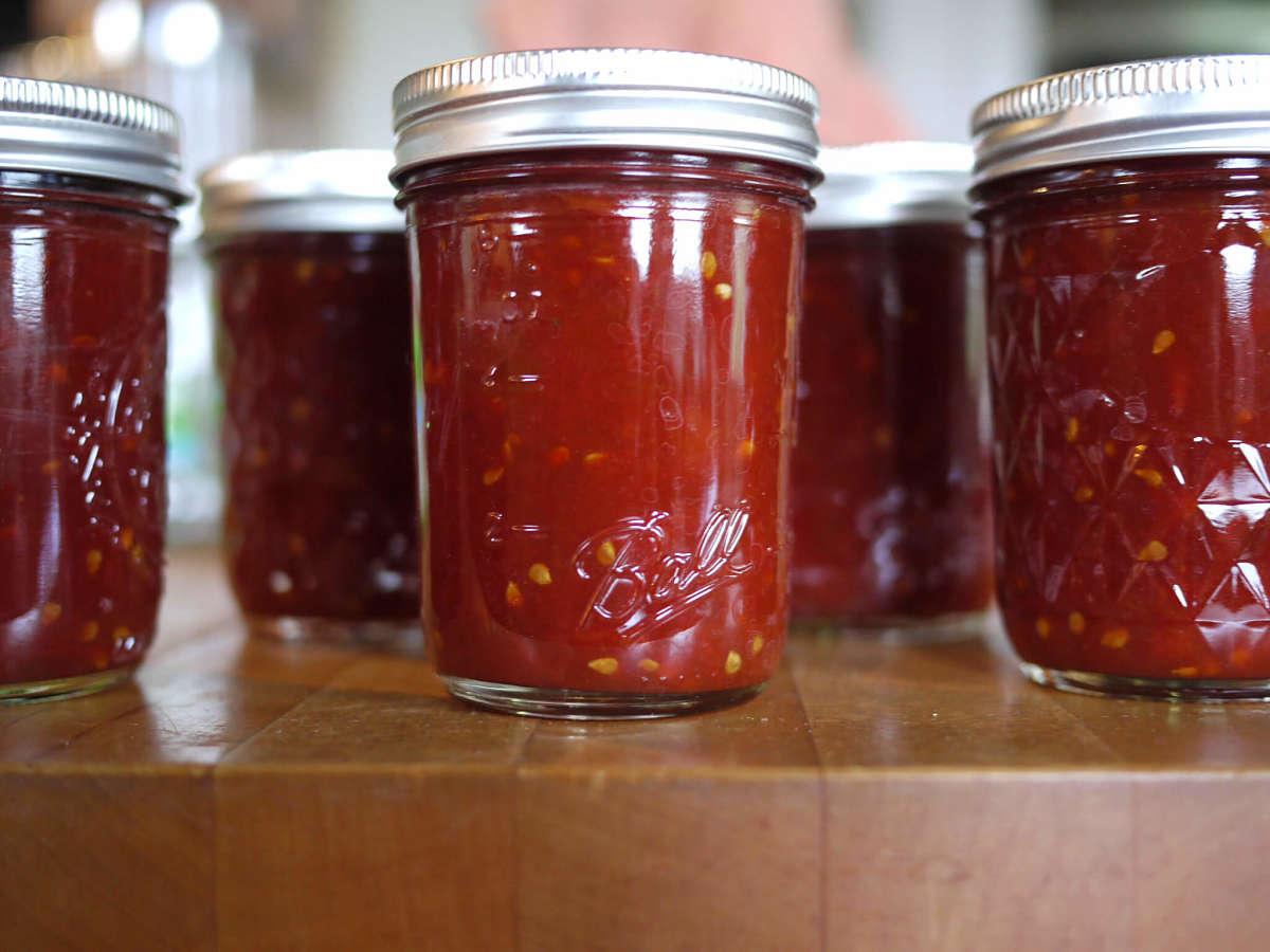 Confettura di pomodori rossi in vasetti di vetro