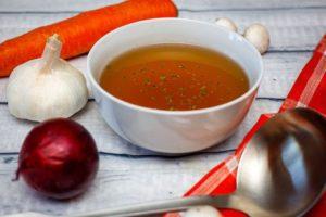 Tazza con caldo brodo vegetale fatto in casa