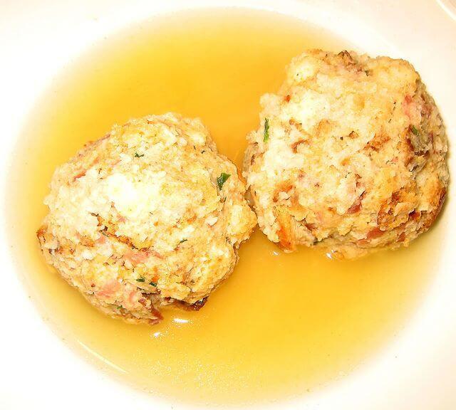 Canederli di speck e salame nel piatto