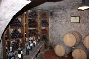 Per un pranzo importante bisogna scegliere vini pregiati come questi invecchiati in cantina