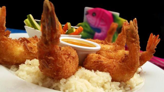 Scampi impanati e fritti su letto di riso