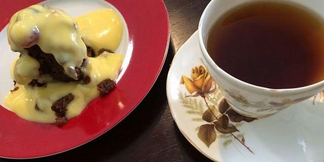 Crema pasticcera senza maizena su fetta di torta con tazza di tè