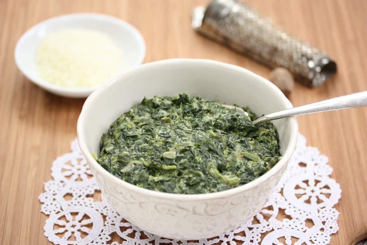 Gustosi spinaci alla panna in ciotola di servizio