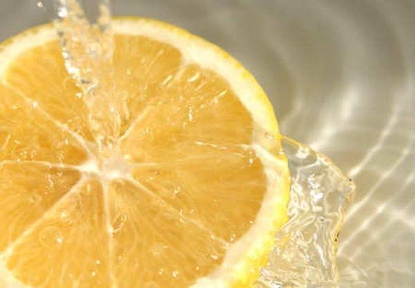 Bere acqua tiepida e limone al risveglio fa bene all'organismo