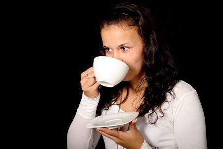 Bisogna sorseggiare una sola tazza di acqua tiepida e limone quando ci si sveglia