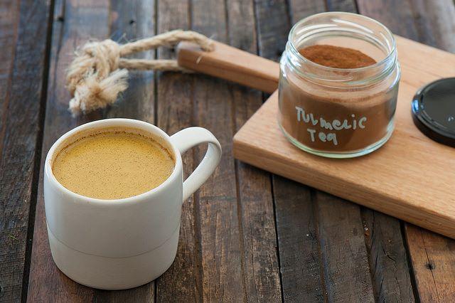 Tazza con benefico latte d'oro con curcuma