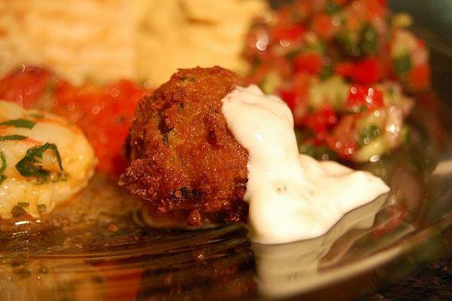 Falafel di ceci fritto con yogurt greco
