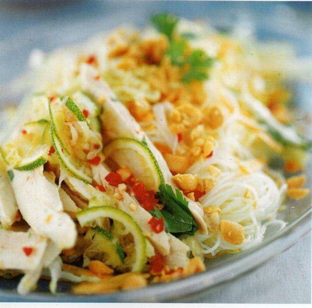 immagine di spaghetti di riso saltati con pollo e verdure