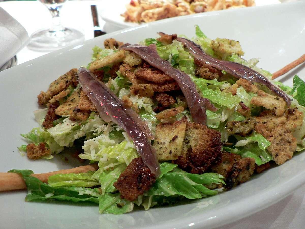 Caesar salad con filetti di acciuga e crostini