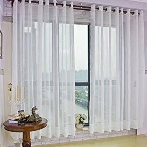 Tende bianche lavate e montate su vetrata
