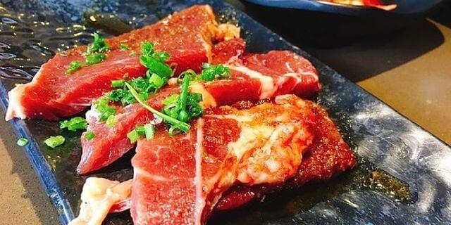 Immagine di bistecche marinate crude