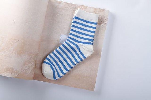 Paio di calzini a righe perfettamente puliti