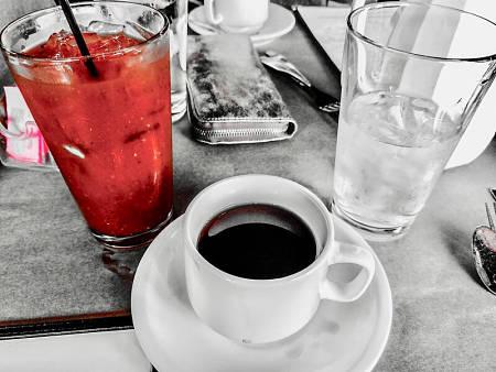 Succo di pomodoro vicino a caffè espresso