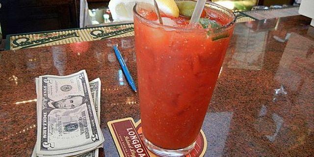 Bicchiere con cocktail con pomodoro fresco col limone e lime