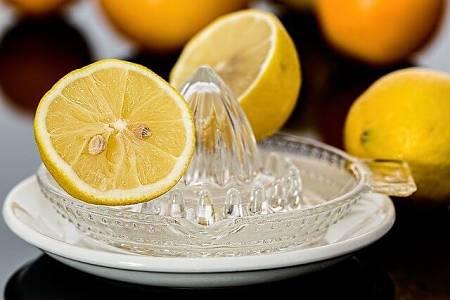 Limone tagliato su spremilimoni di vetro