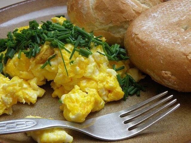 Uova strapazzate con pane ed erba cipollina