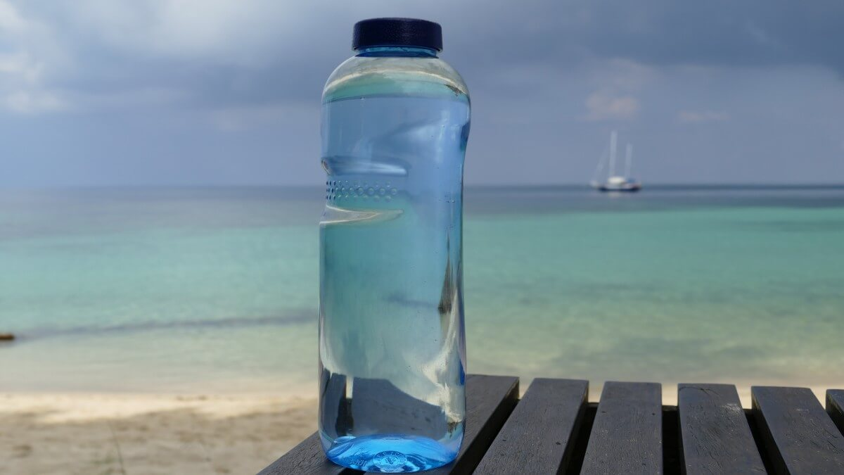Fotografia di bottiglia con acqua di mare ad uso alimentare