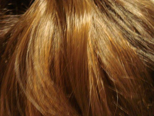 Capelli femminili lunghi e biondi ben curati