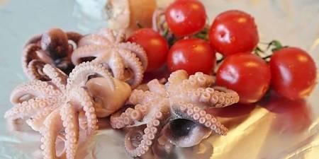 Polipetti freschi crudi da fare in umido coi pomodori alla pugliese