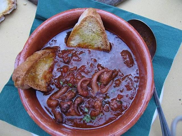 Polipetti in umido ai pomodorini con crostini di pane abbrustolito