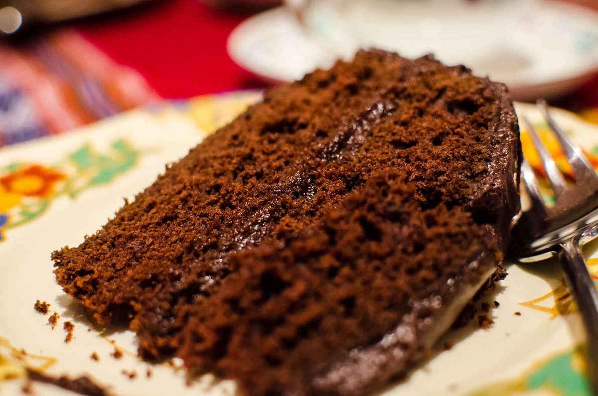 Fotografia di fetta di torta svizzera al cioccolato e cacao