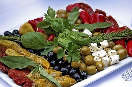 Fotografia di insalata con verdure sottolio, mozzarella e olive