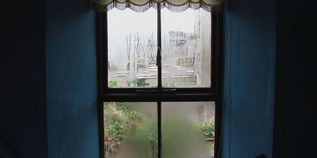 Fotografia di finestra appannata dalla condensa