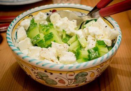 Fotografia di ciotola contenente mozzarella e cetrioli a pezzi