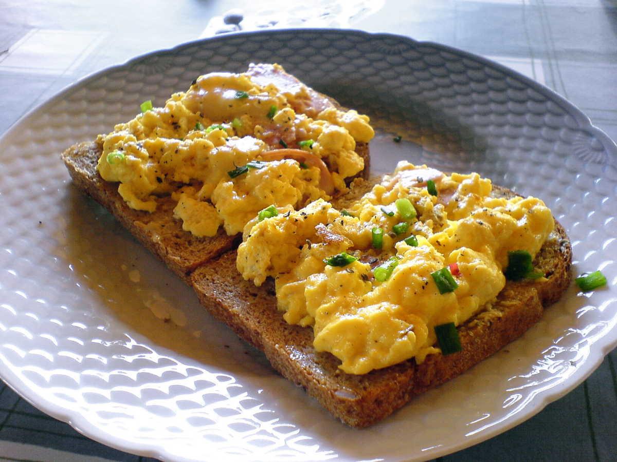 Fotografia di toast con uova strapazzate ed erba cipollina