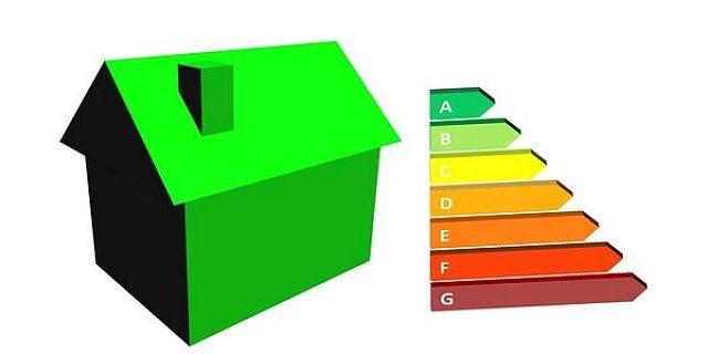 Illustrazione di casetta verde con accanto classi di consumo energetico