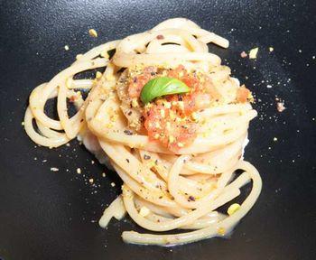 spaghetti in bianco con pomodoro e pistacchi