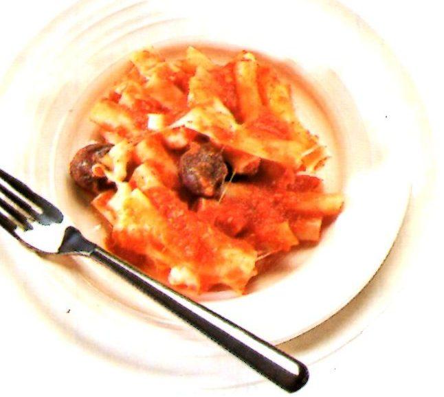 fotografia di ziti al forno cin acciughe ed olive nere