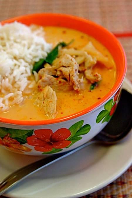 Fotografia di pollo con curry rosso tailandese con riso